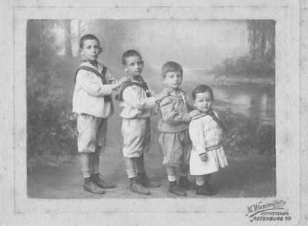 Das Foto von 1907 zeigt (v.l.) den Großvater von Evelyn Hill, Karl Vandyke (Katzenstein), seinen Bruder Siegfried (Fritz), sowie die Cousins Justus Nussbaum und Felix Nussbaum.