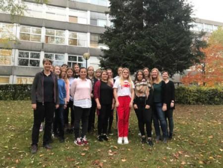 """Fünfter Durchgang des MINT-Mentorings """"look upb"""" mit den Teilnehmerinnen und Prof. Dr. Heike Wehrheim (links) sowie Projektkoordinatorin Isabel Hoischen (rechts). © Universität Paderborn"""