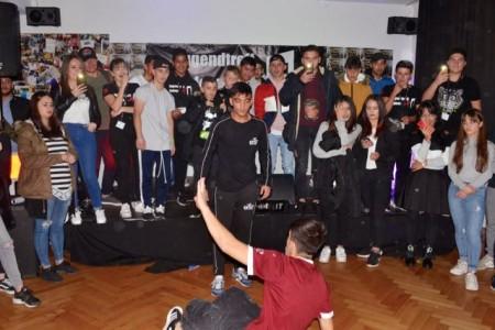 """Volles Haus im Jugendzentrum: Bei der ersten """"Open Stage""""-Talentshow zeigen die Gewinner der """"Bauteil Crew"""" ihr Können."""