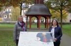 Monika Finke, Behindertenbeauftragte der Stadt Büren, und Kerstin Salerno, Stadtmarke- ting Büren, geben das Muster für die neuen barrierefreien Informationstafeln im Bürgerpark zur allgemeinen Ansicht frei.