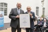 Jörg Möllenbrock (links), unter anderem zuständig für die europäische Praktikumsbörse bei der Stadt Gütersloh, nahm die Auszeichnung von Minister Holthoff-Pförtner entgegen.