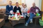 Bürgermeister Theo Mettenborg, Esther Drossel mit Tochter Kathy und Frank Timmermann bekamen von Sprachfachkraft Annet Schneegaß (2.v.l.) als Dankeschön für das Vorlesen in der Faulbusch-Kita ein Buch geschenkt.