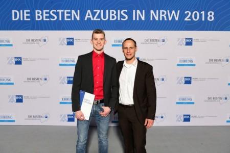 Bildunterschrift: Timo Wilberg (l.) und Ausbilder Alexander Wirth (r.) freuen sich über die Ehrung der IHK.
