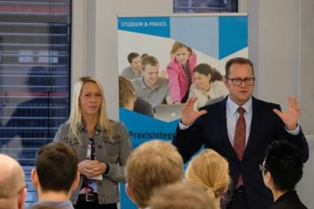 Dr. Sabrina Proß und Marcus Miksch von der FH Bielefeld diskutieren gemeinsam mit den Unternehmensvertreterinnen und -vertretern das Mathematikkonzept für den Campus Gütersloh.
