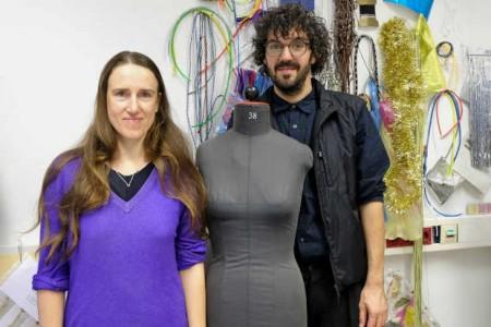 Legen Wert auf Handarbeit in der Mode: New Yorker Designerin Daphne Correll und Professor Philipp Rupp (FH Bielefeld) organisierten Seminar und Workshop gemeinsam.