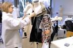 Stichwort Upcyling: Studentin Juliane Buchholz verarbeitet beim Workshop eine Second Hand Jacke.