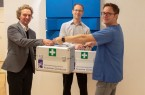 Michael Kohlmeyer (links) und Jan Groneberg (Mitte) nahmen die Spende von Dr. Andreas Elsner (rechts) entgegen.