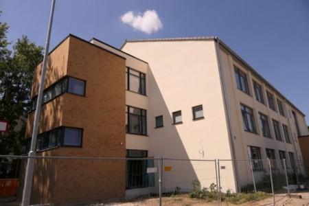"""Außenansicht """"Haus der Bildung"""" (Gebäude aus den 1960er Jahren wurde 2018 energetisch saniert)"""