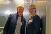 Ruth St. Claire (l.) kurz vor ihrer Fahrstuhlfahrt mit trainsform-Trainerin Ricarda Martin.