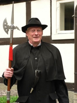 Klaus Gottenströter führt im traditionellen Gewand des Nachtwächters durch das abendliche Gütersloh. (Foto: Gütersloh Marketing GmbH)