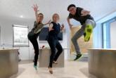 """Sie freuen sich, dass es für das Jugendmedienprojekt im Haus Neuland weitergeht: Johanna Gesing (Mitte, Medienpädagogin und Projektleiterin """"JuMP up!""""), Vincent Beringhoff (Medienpädagoge """"JuMP up!"""") und Christina Ritzau (Online-Journalistin """"JuMP up!""""). © Haus Neuland"""