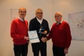 10 Jahre erfolgreiche Zusammenarbeit feiern (v.l.n.r.) Geschäftsführer Marc Vathauer, Vertriebspartner John Triki und Geschäftsführer Karl-Ernst Vathauer.