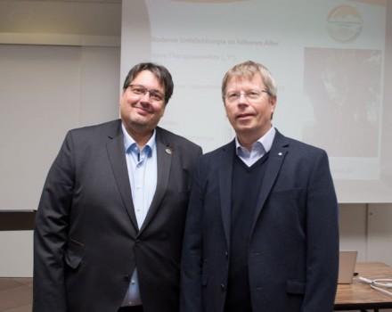 Chefarzt Frank Blömker (l.) ist Spezialist für die Frakturversorgung hochbetagter Patienten. Moderiert wurde der Abend von Dr. Ekkehart Thießen, Chefarzt der Medizinischen Klinik II am Standort Höxter.