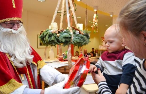 Noch etwas skeptisch, der Blick auf das Geschenk von dem großen Mann mit Bart: Der Nikolaus hatte für alle kleinen Patienten in der Kinderklinik eine kleine Überraschung mitgebracht.