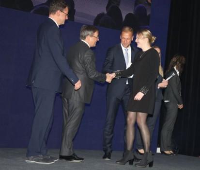 Ministerpräsident Armin Laschet gratuliert Lisa Kaup von der Universität Paderborn zum exzellenten Ausbildungsabschluss.Foto (Olaf-Wull Nickel/Nickel Photography)