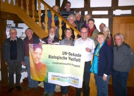 """Die ehrenamtlichen Mitglieder der Naturschule Gütersloh freuen sich sehr über die erneute Auszeichnung, mit der sie für die nächsten zwei Jahre den Titel """"Ausgezeichnetes Projekt der UN-Dekade Biologische Vielfalt"""" tragen dürfen."""