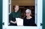 Die aktuelle Geschäftsführerin Claudia Schwidrik-Grebe (rechts) und ihre Nachfolgerin Antje Nöhren treffen sich bereits regelmäßig in den Räumen des Kultursekretariats in Gütersloh, um sich über die Arbeit auszutauschen. Foto: Kultursekretariat NRW Gütersloh