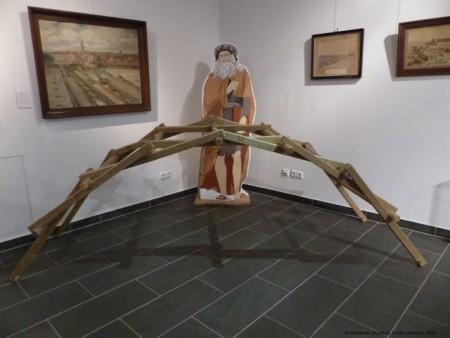 Wer mag, kann Leonardos Schnellbaubrücke ausprobieren. (©Mindener Museum)