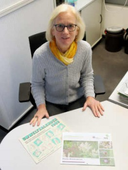 Umweltberaterin Dorothee mit der allerersten Umweltkalender-Ausgabe von 1989 und der aktuellen. © Stadt Rheda-Wiedenbrück