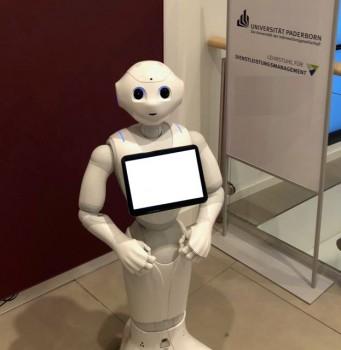 """Der humanoide Roboter """"Pepper"""" zu Gast an der Universität Paderborn.Foto Universität Paderborn"""