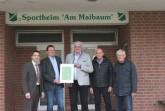 Gemeinsam freuen sich Bürgermeister Burkard Schwuchow, Hubertus Rose (1. Vorsitzender FC 25 GW Weiberg), Uwe Varlemann (innogy SE), Franz Berg (Stadtsportverband Büren) und Herbert Peuker (Stadtsportverband) über den Klimaschutzpreis 2018. © Stadt Büren