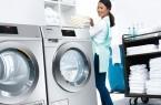 """Viel Platz für Wäsche auf kleinem Raum: Eine Waschmaschine und ein Trockner aus der neuen Generation """"Kleine Riesen"""". Auf jeweils einem halben Quadratmeter sorgen sie schon innerhalb von 49 Minuten für saubere und in 38 Minuten für trockene Wäsche. Zum ersten Mal sind diese Geräte live während der Internorga 2019 in Hamburg zu sehen.Foto: Miele"""