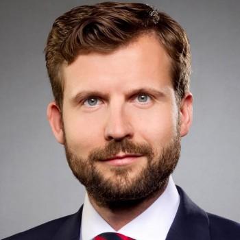 Dr. Daniel Antonius Hötte ist Professor am Fachbereich Wirtschaft und Gesundheit der Fachhochschule Bielefeld.