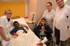 Zuneigung hilft! Kinderkrankenschwester Schwester Lisa Disse kümmert sich mit Hingabe um den kleinen Fernando. Er und Yovani werden von Frank Blömker behandelt und dem gesamten Team in der Kinder- und Jugendklinik umsorgt, unter anderem auch von Jana Pugatschew.