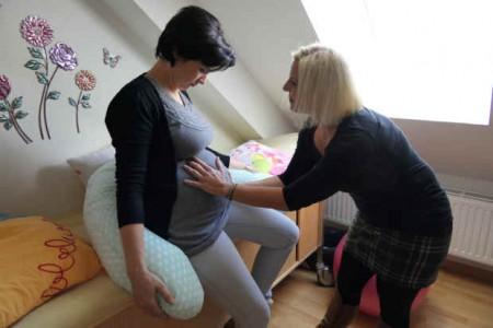 Familien-Hebamme Myriam Slomka-Klemm tastet den Bauch von Eugenie Bauer ab, die bald ihr Baby erwartet.