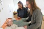 Der kleine Mats, sieben Monate alter Sohn von Laura Lichtsinn (r.), entwickelt sich prächtig. Davon konnte sich Familien-Kinderkrankenschwester Susanne Reinert in der Babysprechstunde auf der Rechten Weserseite, überzeugen.