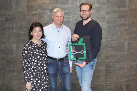 Die Plakette zeichnet das Hotel ab sofort als Partnerbetrieb der Regionalmarke aus: v.l.n.r. Hotelbetreiber Ute und Rainer Sievers sowie Heiko Böddeker von der Regionalmarke Kulturland.