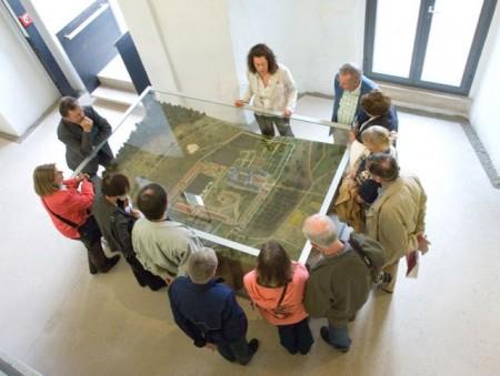 Das Modell im Treppenhaus des Museums macht deutlich, wo und wie die Augustiner-Chorherren einst gelebt haben. (Foto: LWL/Axel Thünker)