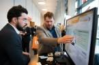 Produktentwickler Marc Neu (re.) erklärt auf der Preview die Funktionsweise des intelligenten Steckverbinders im Detail.Foto: Weidmöller