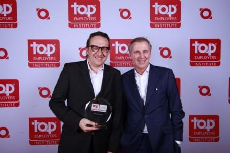 Bernd Konschak, Senior HR Manager Marketing bei Weidmüller (li.), und Frank Pellmann, Executive Vice President HR Management (re.), nahmen dankbar den Preis entgegen.
