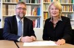Mit einem Vertragswerk halten Schulleiter Martin Fugmann (links) und Präsidentin Prof. Dr. Ingeborg Schramm-Wölk die Kooperation zwischen ESG und FH fest.