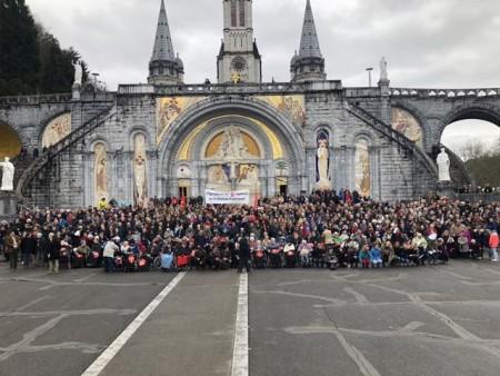 So wie hier im März 2018 wird sich auch im April 2019 wieder eine große Pilgergemeinschaft nach Lourdes aufmachen – und sich zum Gruppenfoto vor der Rosenkranzbasilika aufstellen. Foto: Frank Kaiser