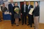 Geehrt: Christian Horlitz (2.v.r.) wurde aus den Händen von Jeannine Budelmann (r.) mit der goldenen Juniorennadel ausgezeichnet. WJ-Geschäftsführer Daniel Beermann (Mitte) hielt die Laudatio. Zu den Gratulanten gehörte, neben Heike Horlitz (2.v.l.), auch der Vorsitzende der Wirtschaftsjunioren Paderborn+Höxter, Christian Hake. Foto: Julika Kleibohm