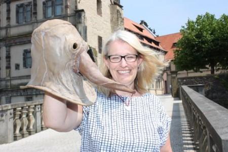 Dr. Susanne Hilker vom Weserrenaissance-Museum Schloss Brake präsentiert eine Pestmaske, die in der Renaissance vor ansteckenden Krankheiten schützen sollte. Foto: Weserrenaissance-Museum Schloss Brake/Herrmann