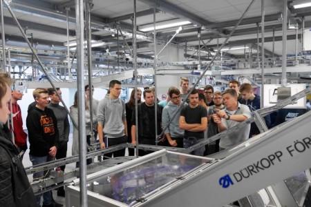 Die 35 Erstsemester, die das Bielefelder Unternehmen Dürkopp Fördertechnik besucht haben, studieren praxisintegriert am Campus Gütersloh Mechatronik/Automatisierung.