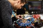 Bei der Arbeit an einem WBG-basierten Konverter im Labor.Foto:  Universität Paderborn, LEA