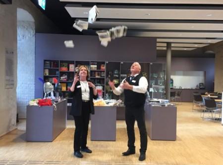 Jutta Raschdorff und Andreas Ende, die sich um die Kasse und Aufsicht im Weserrenaissance-Museum kümmern, freuen sich schon auf die vielen neuen Veranstaltungen.