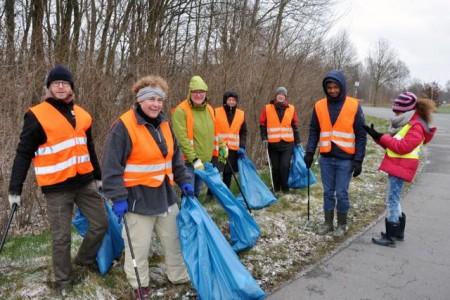 Der Stadtputztag ist inzwischen vor allem dank der tatkräftigen Unterstützung durch viele fleißige Helfer zu einer festen Einrichtung in Rheda-Wiedenbrück geworden. Hier eine Gruppe aus der Stadtverwaltung.