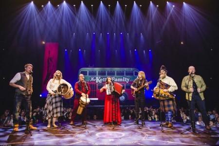 """Die Megastars sind zurück in HalleWestfalen mit dem Meilenstein ihrer Bandgeschichte, da das Album """"Over The Hump"""" 25-jähriges Jubiläum feiert: Ein Vierteljahrhundert nach Veröffentlichung werden """"The Kelly Family"""" auf große """"25 Years - Over The Hump""""-Tournee gehen und im GERRY WEBER STADION am 17. Januar 2020 eine beeindruckende Live-Show bieten. © Carsten Klick"""