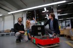 Die Navigation des Transportsystems erfolgt über die Deckenbeleuchtung. Dr. Alexandre Bousaid, Bianca Miene (beide OSRAM) und Tommy Falkowski (Fraunhofer IEM) diskutieren die Technologie.  Foto: Fraunhofer IEM