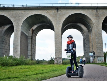 """Bildzeile: """"Auch für die erfolgreichen Segway-Touren gibt es von April bis Oktober wieder neue Termine."""" Foto: Bielefeld Marketing"""