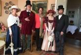 Schlossherrin Elisabeth v. Küster mit  filmischen Vorfahren der Familie bei der Eröffnung des neuen Museums auf Schloss Lomnitz. Foto: Ulrike Treziak