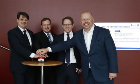 Am Start: Martin Kroeger (krz, Abteilungsleiter Finanzservice), krz- Projektleiter Timm Mühlenweg, Philipp Wittner (Projektleiter DATA-team) und DATA-team Geschäftsführer Thomas Teschner