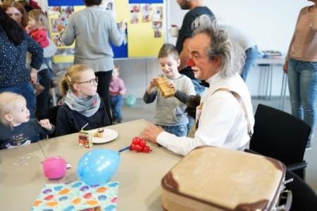 Clown Pepe Pepolino ist der Stargast beim regelmäßigen Frühchentreffen in der Kinderklinik am St. Ansgar Krankenhaus.