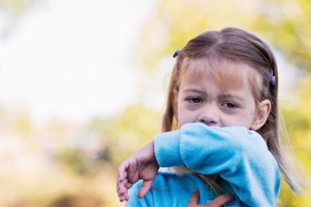 Keuchhusten kann insbesondere für Kinder eine ernste gesundheitliche Bedrohung darstellen. Atemnot durch angeschwollene Atemwege und Erbrechen sind häufige Begleiterscheinungen. Foto: AOK/hfr.