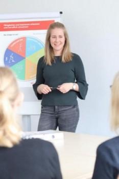 (Cinderella Welz, Universität Paderborn): Annkatrin Buchen von der Zentralen Studienberatung erklärt Teilnehmern des Workshops den Talentkompass NRW.